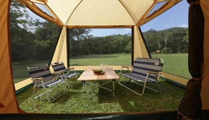 室内は広々としたテント