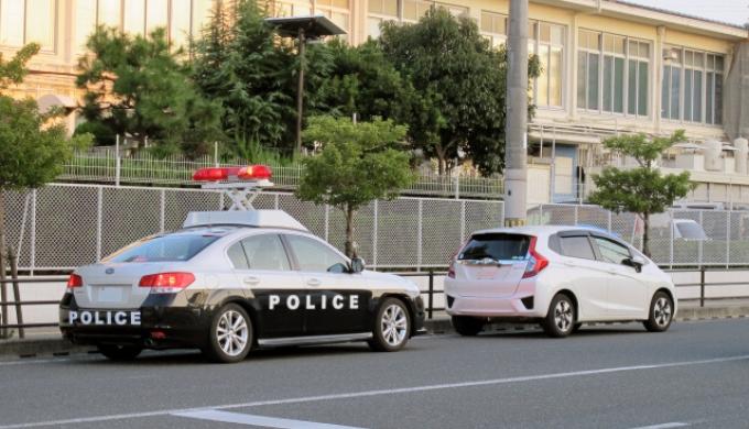 安全な道路端に駐車して警察に連絡